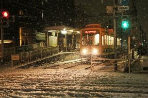 雪の中を進む都電荒川線  荒川区荒川遊園地前